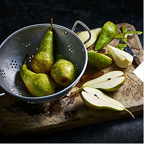 Whole and halved pears