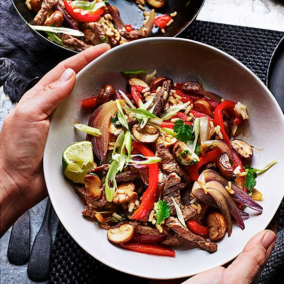 Stir-fried steak with peppers, mushrooms and rice